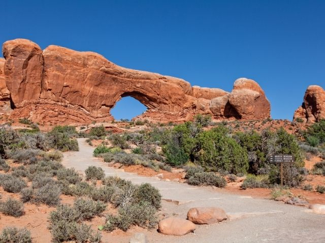 gat in rots arches window raam